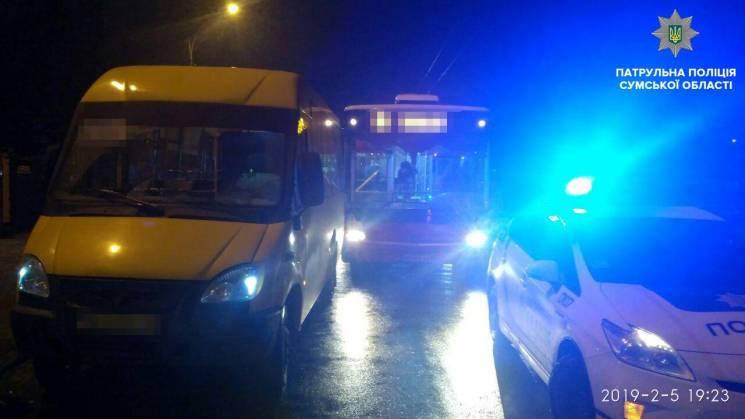 У Сумах на вулиці Степана Бандери не розминулись маршрутка і тролейбус (ФОТО)