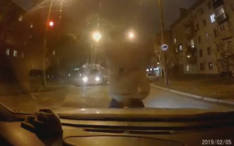У Запоріжжі пішохід-порушник кулаками потрощив автівку (ВІДЕО)