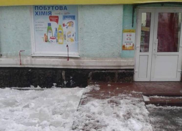 У Конотопі помер чоловік, якому на голову впала снігова брила