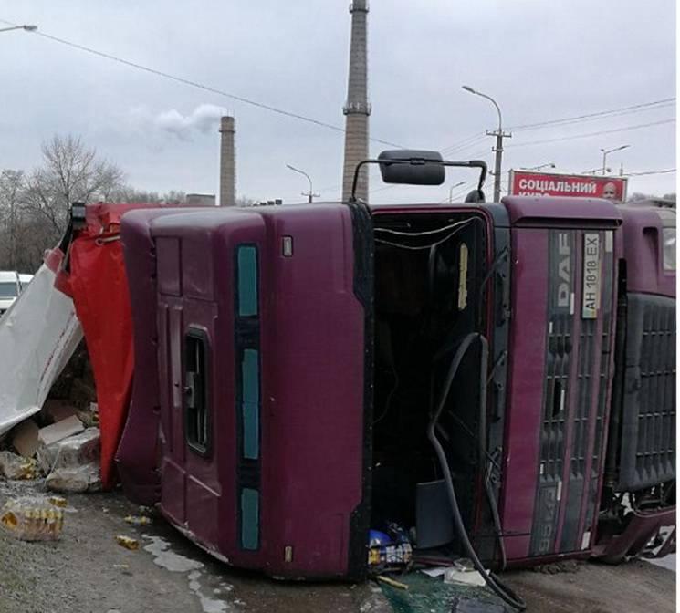У Дніпрі фура протаранила автівки й перекинулася на бік (ФОТО)