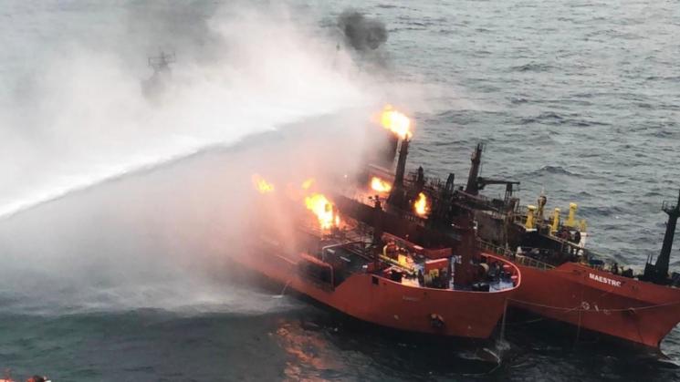 На палаючі танкери в Керченській протоці суне шторм