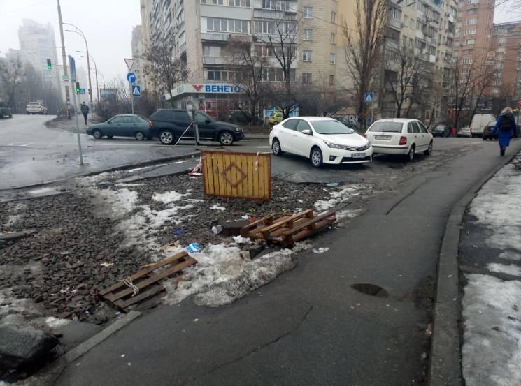 Київ суворий: Як водіїв змушують через перекопану дорогу їздити по зустрічці (ФОТО)