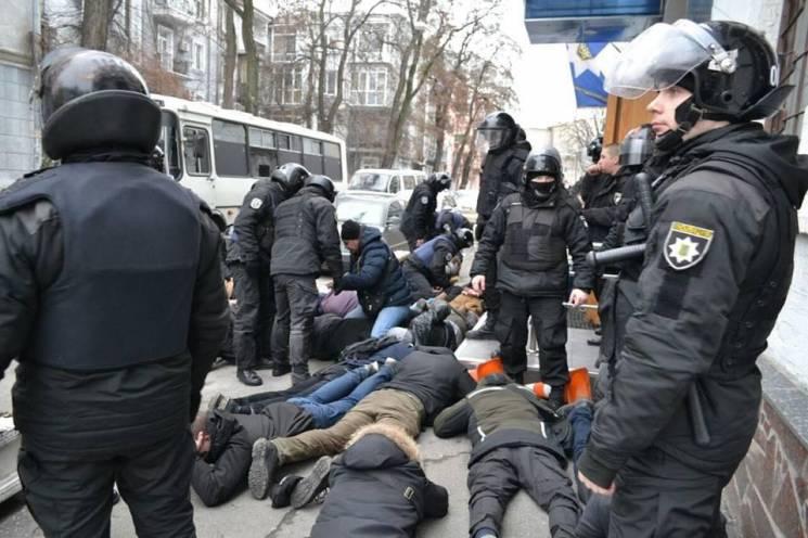 """""""Ложись, Бандера"""": Кому вигідна бійка поліції та активістів на акції Тимошенко"""