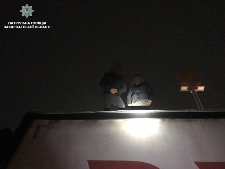У Мукачеві поліція спіймала двох нелегалів на даху вантажівки (ФОТО)