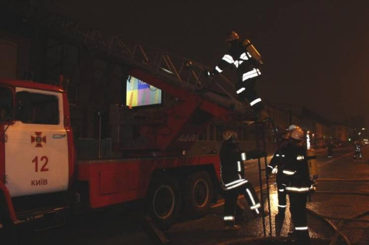 У Києві три години гасили пожежу в офісній будівлі (ФОТО)