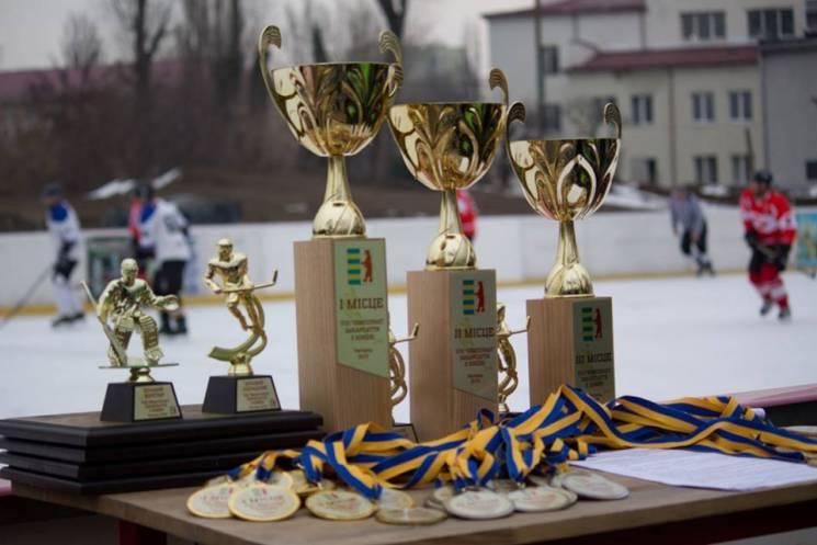 В Ужгороді хокейні команди боролися за звання чемпіона області (ФОТО)