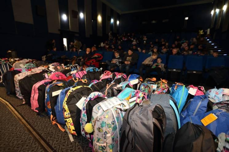Тернопільській СУМівці передали дітям військових подарунки з 12 країн