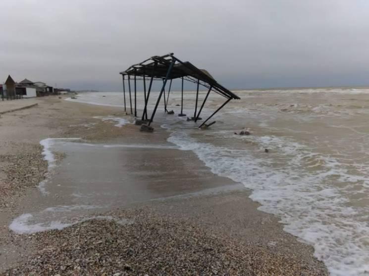 На запорізькому курорті в море змило металевий навіс (ФОТО)