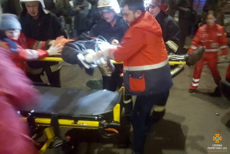 У Тернополі Audi врізалася в дерево. Людей з авто вирізали рятувальники (ФОТО)