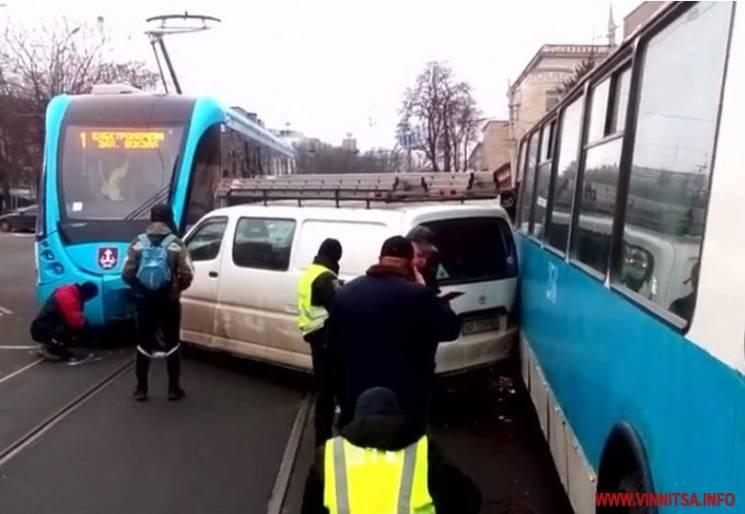 У Вінниці мікроавтобус зaтисло між трамваєм і тролейбусом (ФОТО)