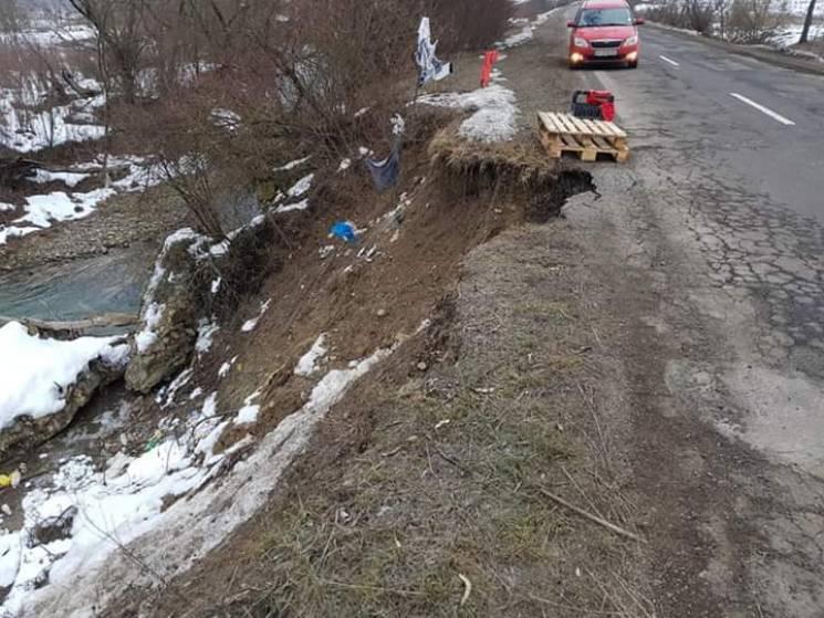 На Перечинщині ріка підмила берег і спричинила зсув на дорозі (ФОТО)