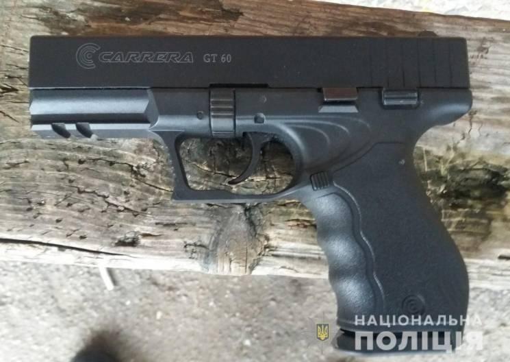 На Дніпропетровщині на зупинці затримали озброєного чоловіка (ФОТО)