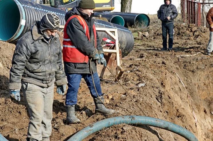 На аварійному колекторі в Бердянську тривають ремонтні роботи (ФОТО)