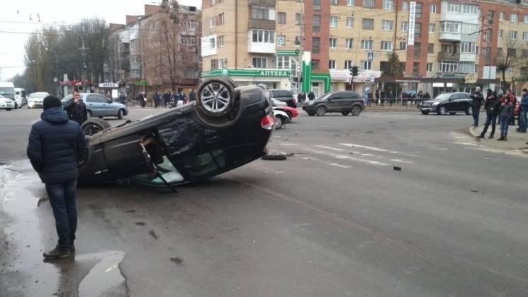 На Вишеньці BMW від удару об Volkswagen перекинувся на дах (ФОТО)