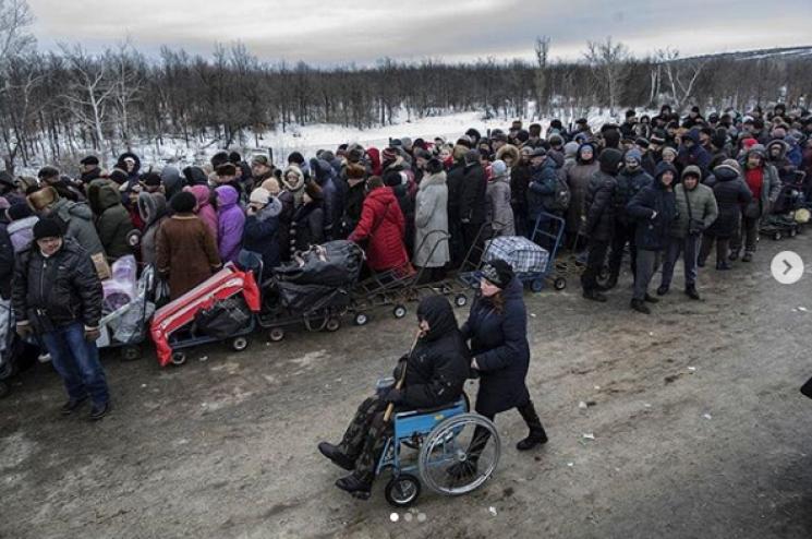 Іспанський журналіст показав тисняву та безвихідь на КПВВ Донбасу (ФОТО)