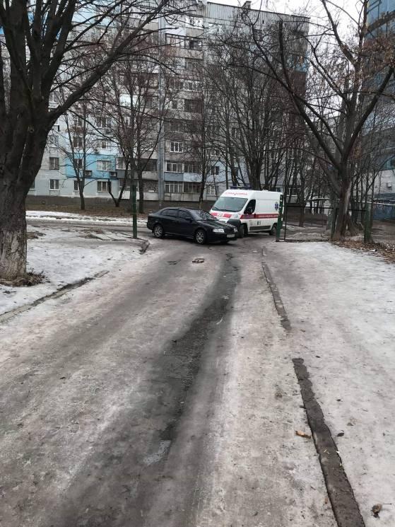 У Дніпрі батьки полишають автівки посеред дороги біля школи (ФОТО)