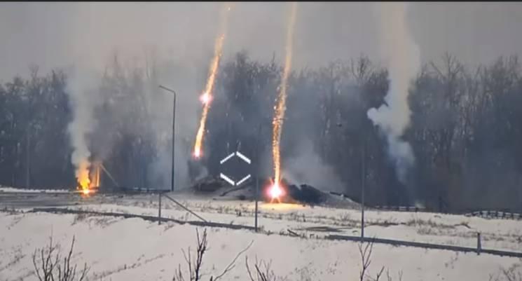 """Наче феєрверк: На Ясинуватській розв'язці воїни ООС знищили оборонну точку """"ДНР"""" (ВІДЕО)"""