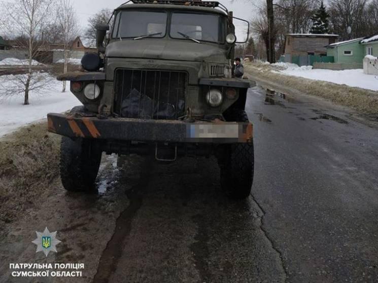 """На автошляху """"Суми-Путивль-Глухів"""" зупинили вантажівку, повну """"лівої"""" деревини (ФОТО)"""