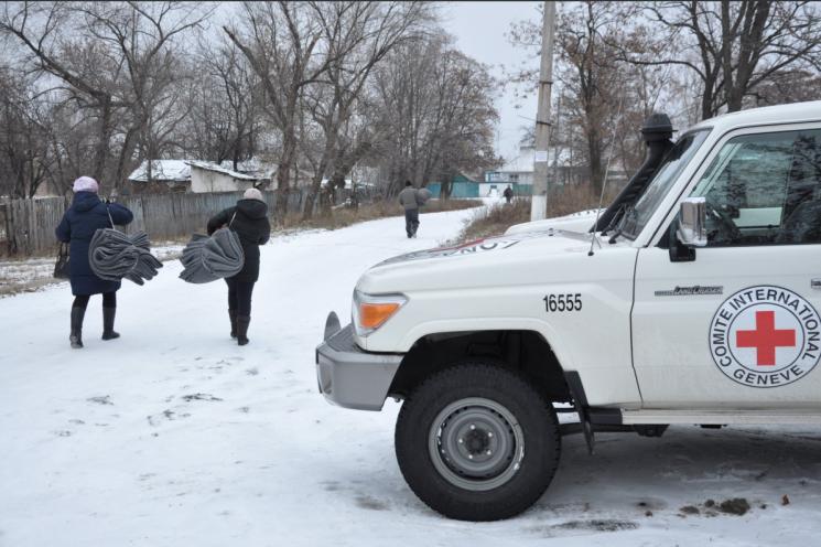 """Гуманітарку від Червоного Хреста у """"ДНР"""" перепакували і роздали як власну"""