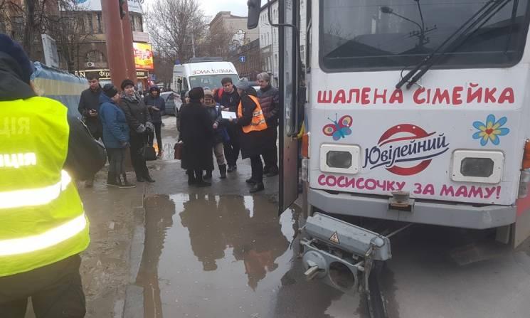 У центрі Дніпра жінка паралізувала рух трамваїв (ФОТО)