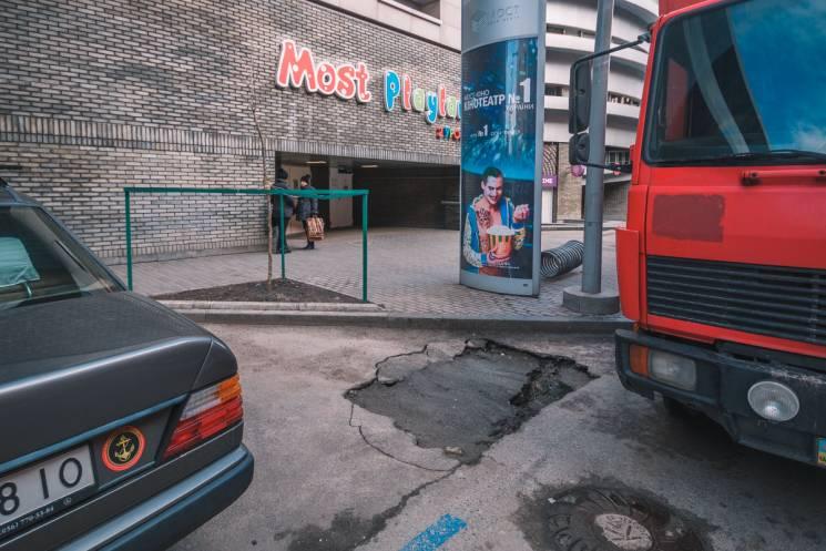 У центрі Дніпра виникло провалля у асфальті (ФОТО)