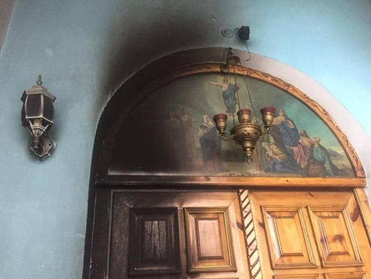 У Кривому Розі підпалили двері храму мос…