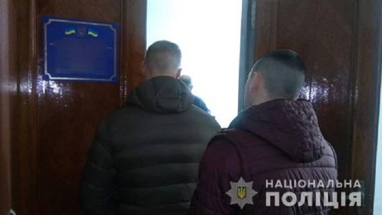 У Миколаєві поліція проводить обшуки у б…
