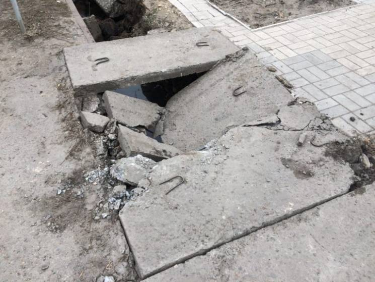 У Бердянську екскаватор зруйнував зливостоки (ФОТО)