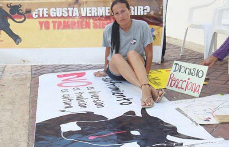 Колумбийская активистка в знак протеста…