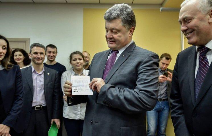 Порошенко похвастался своим биометрическим паспортом