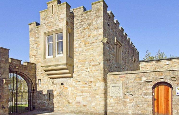 В Британії задешево продають замок XIV століття