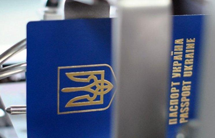 Боевики проставляют печати «ДНР» и «ЛНР» в паспортах украинцев