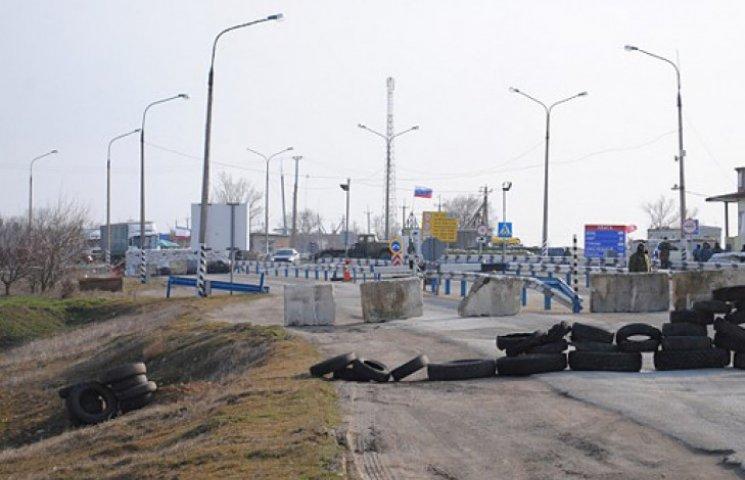 На «кордоні» анексованого Криму та України потайки риють величезний рів
