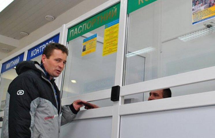 Порошенко доручив врегулювати виїзд за кордон осіб, які підлягають призову