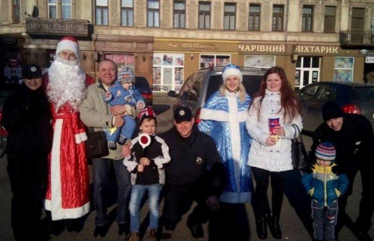 В Ужгороді поліцейські у костюмах роздають подарунки