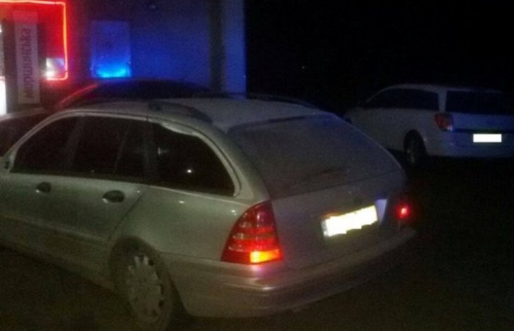 На Закарпатті водій збив поліцейського і повозив його на капоті
