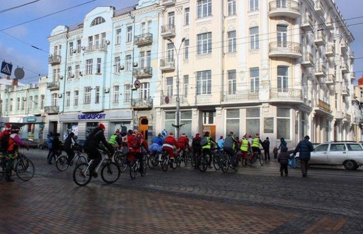 У Вінниці Діди Морози проїхались на велосипедах у 13-градусний мороз