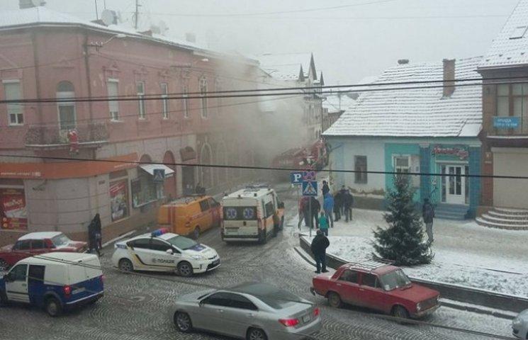 У Мукачеві через пожежу перекрили одну з центральних вулиць