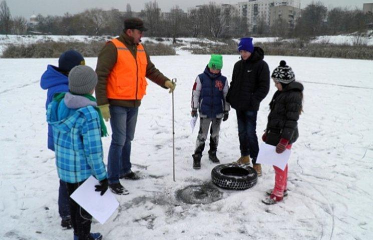 Закарпатські рятувальники вийшли на лід разом з дітьми