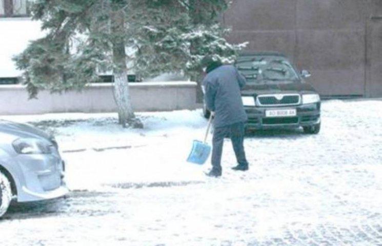 Закарпатські поліцейські взяли до рук лопати і розчищають сніг