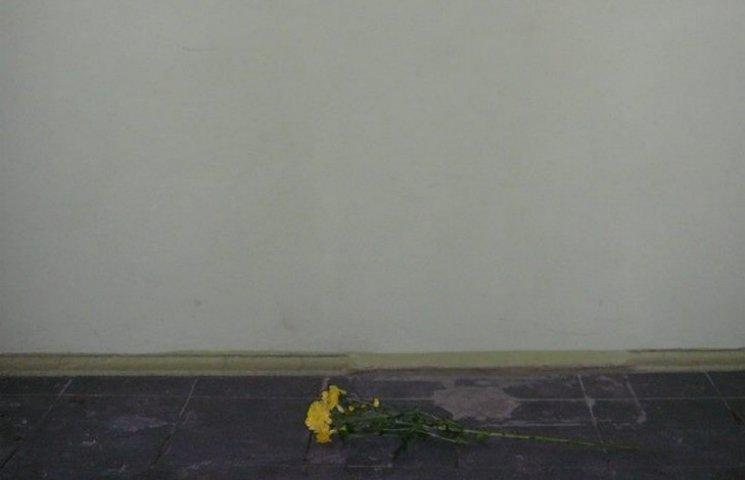У Донецьку мешканці несуть квіти до зруйнованого меморіалу Стуса (ФОТО)