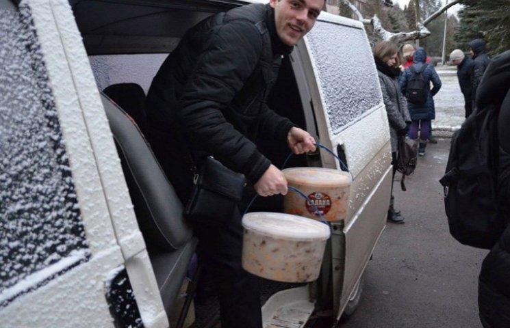 Закарпатські студенти привезли воїнам 128-ї бригади вареники