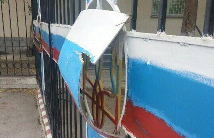 В оккупированном Крыму трезубцы закрывают картонками с триколором