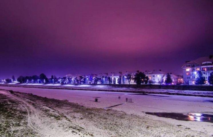 Неймовірні фото: Зимове Мукачево у кольорових вогнях