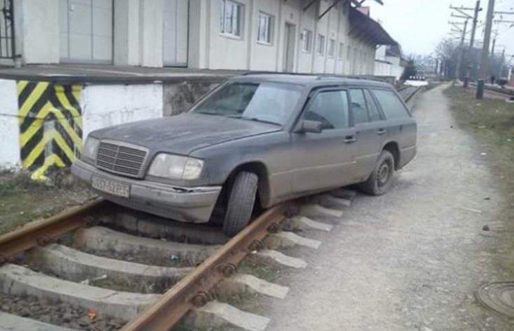 """""""Олень"""" року: В Ужгороді водій припаркувався прямо на залізничній колії"""