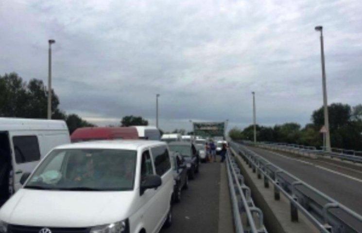 На українсько-угорському кордоні - довжелезні черги, виїзд з України припинено
