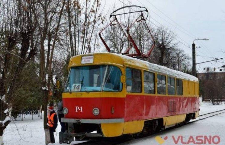 """Вінничани """"обкатали"""" раритетний трамвай"""
