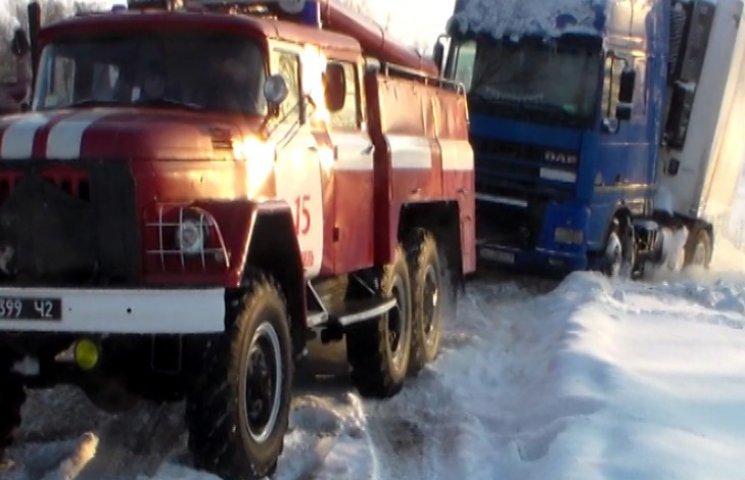Рятувальники звільнили вантажівку зі снігового полону
