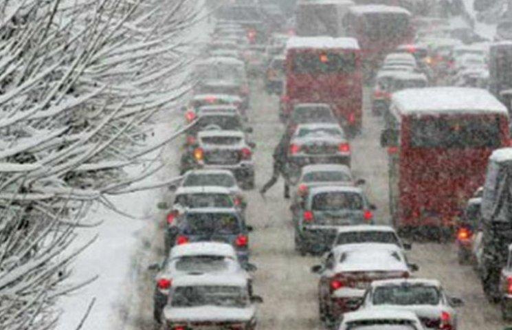 Киев стал в пробках из-за снегопада (КАРТА)