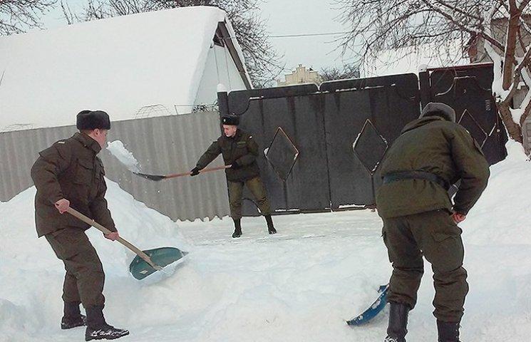 """""""Тимурівці"""" з Нацгвардії допомагали сумським пенсіонерам у боротьбі зі сніговими завалами"""
